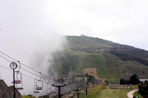 雲たなびく琵琶湖バレイ