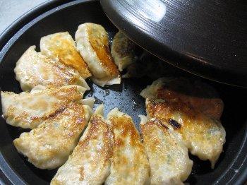 タジンで焼き餃子
