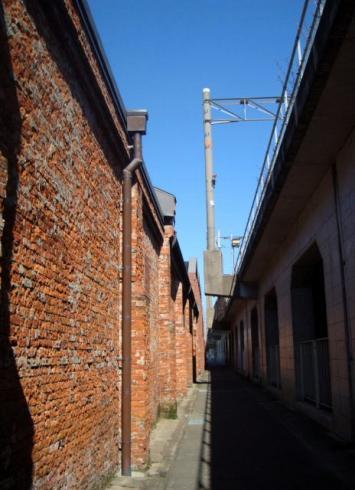 芸術村と高架の間の道