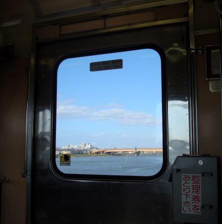 車窓から河口の景色