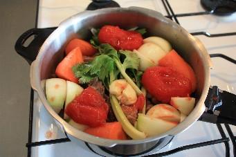 牛スジトマト赤ワイン煮込み