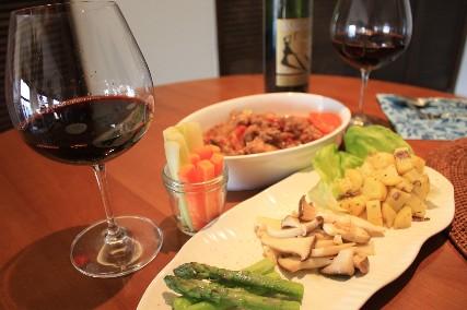牛スジトマト赤ワイン煮込みとワイン