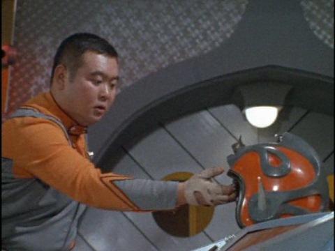 力が入らなくなり、ヘルメットを落とす今野隊員