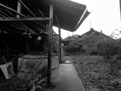 旧家と井戸