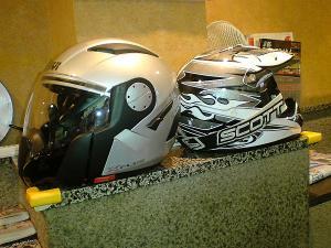 2つのヘルメット