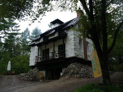 ストローベイルハウスだという、美麻珈琲