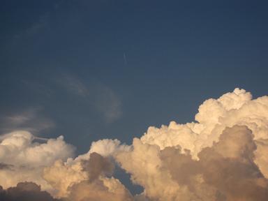 真中に飛行機雲♪