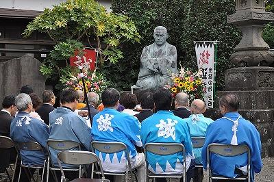 西光寺近藤勇坐像を前に生誕祭セレモニー