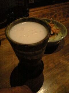 陶器のビールで乾杯