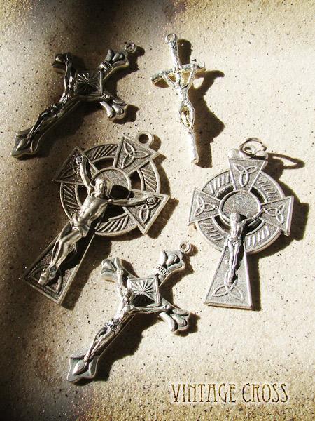 いろんな形をしたヴィンテージクロスが大集合!十字架の形1つ1つに名前があります。