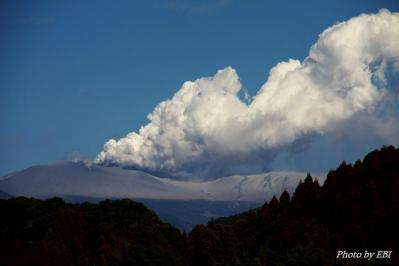噴煙を上げる新燃岳(1月31日霧島市内から撮影)