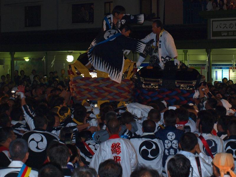 松山市秋祭り 道後駅前 みこしの鉢合わせ