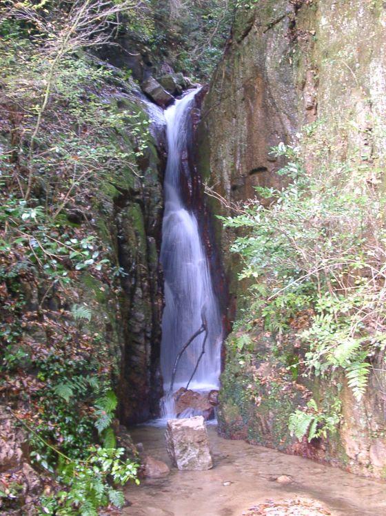 04 岩の隙間の滝