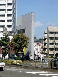 ラーメン二郎三田本店(通りの向かいから)