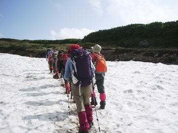 雪渓を歩く16