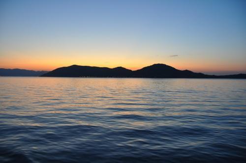 夕暮れの女木島