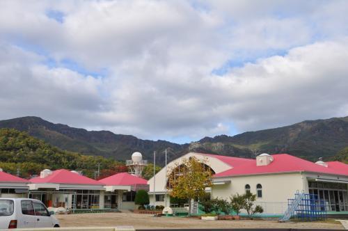 幼稚園と寒霞渓の山々