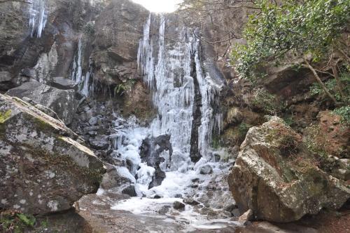 凍った銚子の滝