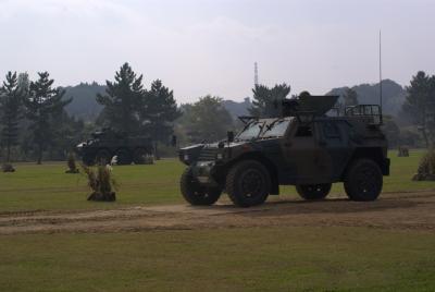 軽装甲機動車と87式偵察警戒車。