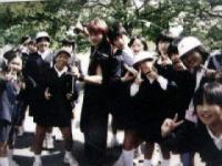 2002年10月9日姫路城 小学生に囲まれるゆめ