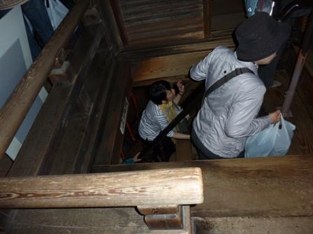 内部は急な階段
