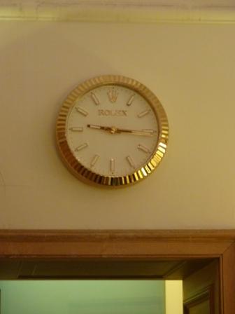 ロビーの時計はロレックス