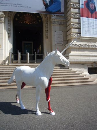 美術館の前の馬