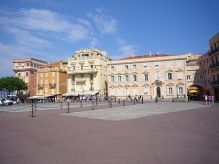 広場の前にはカフェ