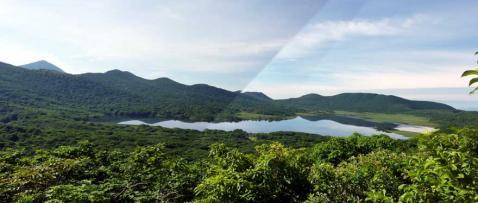 雄国山への登山道から雄国沼を望む
