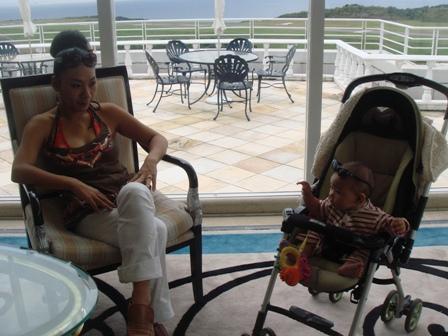 アンジェラと私ーホテルロビー
