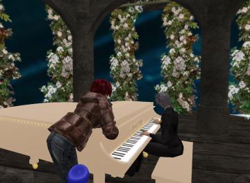 ピアノのそばで