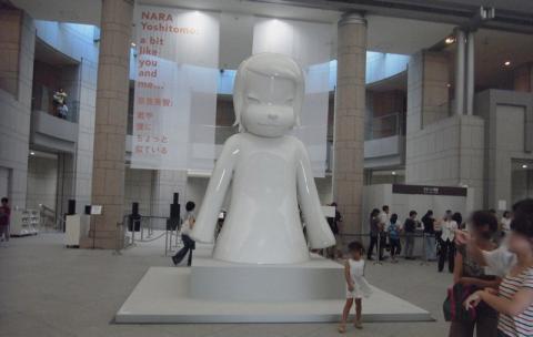 横浜美術館で迎えてくれたのはあおもり犬ならぬ「White Ghost」!