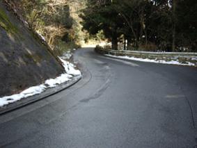 お山の道はまだ雪が・・・