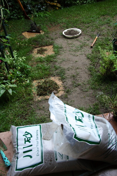 芝庭への砂入れ1