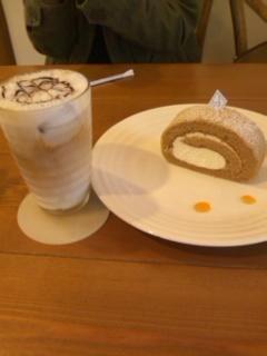 紅茶とりんごのロールケーキとアイスカフェモカカプチーノ