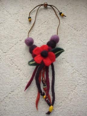 フェルトの花ネックレス