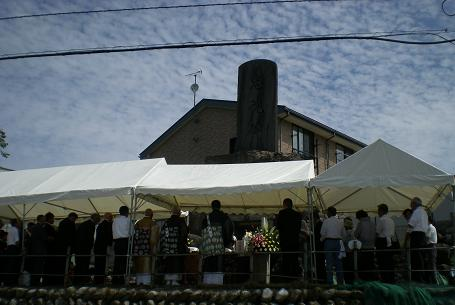 240数柱を祀ってあります慰霊碑の前で・・・