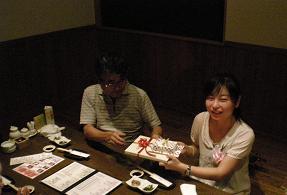 多くの記念品を貰って喜びの左先生 有難うございました。