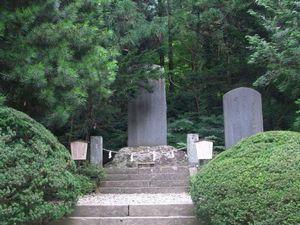 芭蕉の句碑と清和天皇御宝塔