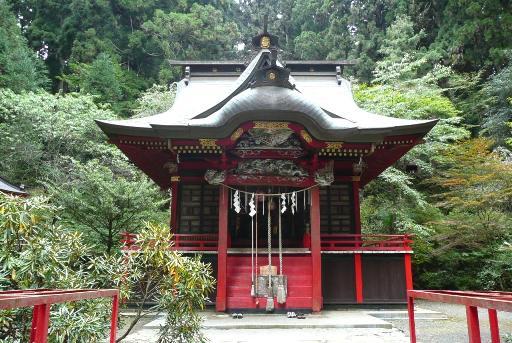 朱塗りの拝殿