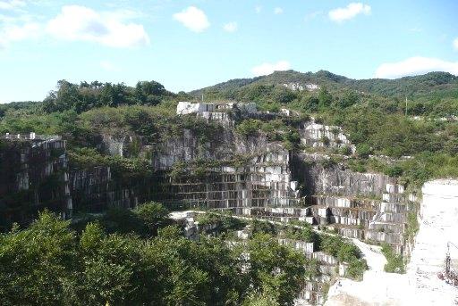 巨大な石切場