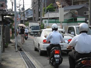 芥川小学校正門付近の交通状況