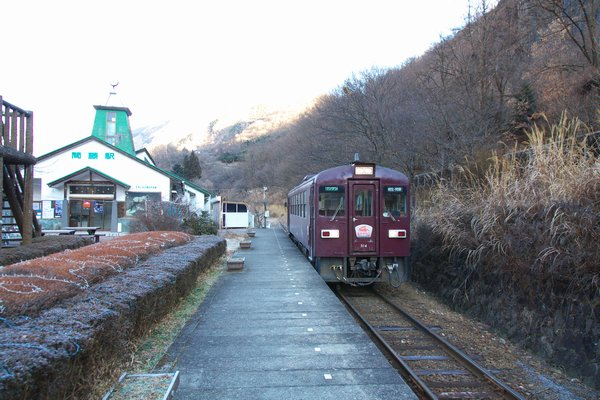 101219_082407間藤駅600