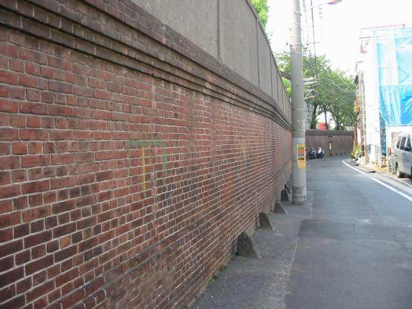 千住製絨所跡の煉瓦塀900a