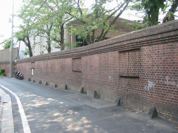 千住製絨所跡の煉瓦塀900b