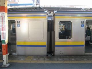 新設されたトイレ(左の窓がない部分)。先頭の1号車ではなく2号車に設置さているのがポイント。2010年3月30日、千葉駅で撮影。