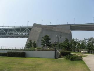 舞子公園の広場から見た明石海峡大橋のアンカレイジ
