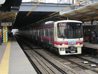 調布駅に停車中の京王8000系電車。仮設橋上駅舎はまだ未完成。