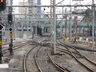 同じ場所の2008年2月9日の状況。12番線(右)から分岐した線路は横須賀線上り線とDSSで交差し、下り線に接続していた。