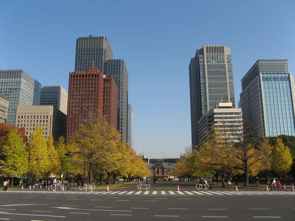 皇居側から東京駅を見る。つくばエクスプレスの東京駅は手前の内堀通りと東京駅の間に建設することが想定されている。